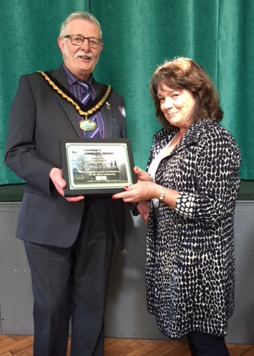 Vicki Raynes receives her Community Award from Cllr Flitter